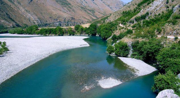L'argine del fiume Shkumbin